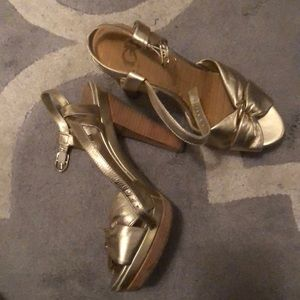 GB Gianni Bini retro gold platform heels